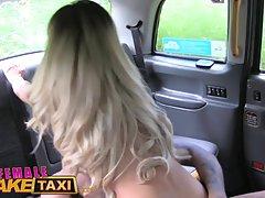 Лысый чувак лижет киску блондинки её водитель такси на задне...