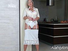 Зрелая дамочка сексуально раздевается на кухне...