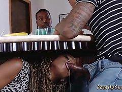 Мулатка заползла под стол и отсосала у возлюбленного...