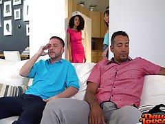 Мужик трахает чернокожую дочку друга...
