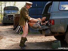 Сексапильную пленницу жёстко трахают на багажнике...