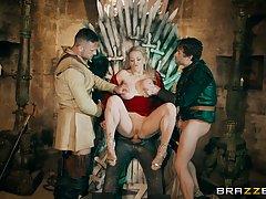 Серсею Ланистер трахают втроём на железном троне
