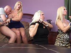 Три зрелых блондинки трахаются с двумя любовниками