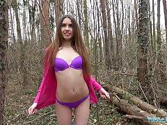 Красотка трахается с озабоченным незнакомцем в лесу