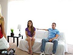 Весёлая красотка показывает дырочки подружке с парнем...