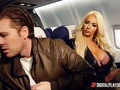 Мужик выебал двух сисястых шлюх в самолёте