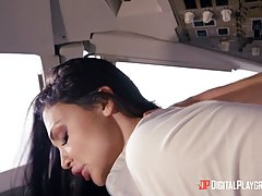 Сисястая стюардесса отсосала член пилоту самолёта