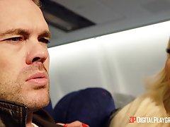 В самолёте мужик грубо трахнул развратную сучку