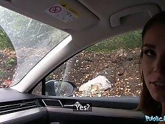 Молодая студентка села в машину и трахнулась с незнакомцем