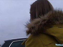 Озорная малышка трахается с незнакомцем в машине...