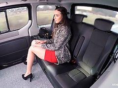 Русская красотка соблазнила симпатичного водителя