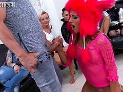 Толпа девушек мастурбирует одному парню