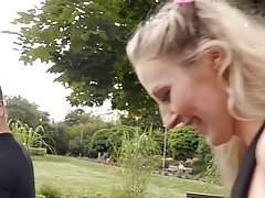 Немецкая блондинка познакомилась с любовником в парке