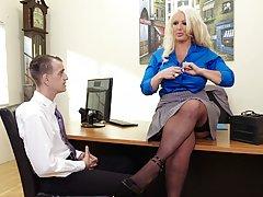 Молодой сотруднику ублажает грудастую начальницу