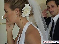 Милая блондинка трахается с другом перед свадьбой