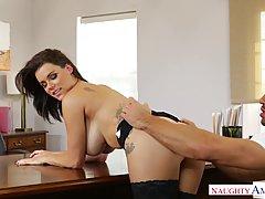 Сексуальная начальница трахается на столе в кабинете...