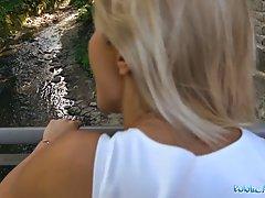 Сексуальная блондинка трахается на улице за деньги...