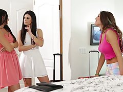 Сексуальные дамы собрались в спальне чтобы любить друг друга...
