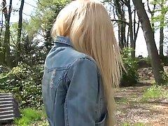 Молодая блондинка трахается в парке за деньги...