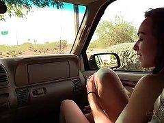 Озорная брюнетка сосёт у парня в машине