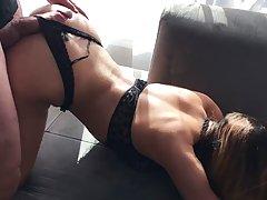 Красотка в эротичном белье прогнулась на диване...
