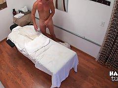 Грудастая азиатка сделала сексуальный массаж