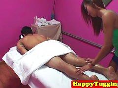 Тайская массажистка запрыгнула на член клиента