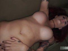 Страстный секс с очаровательной рыжей дамочкой