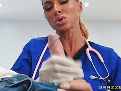 Зрелая докторша знает как возбудить мужчину