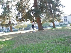 Молодая девушка показала сосочки в парке