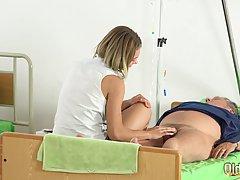 Пузатый дев трахает двух молоденьких девок