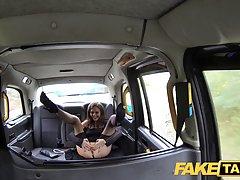 Озабоченная красотка в чулках раздвинула ноги в такси