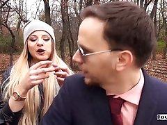 Озорная блондинка приглашает незнакомцев потрахаться в машин...