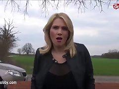 Озабоченную блондинку ебут на скамейке в парке...