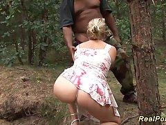 Зрелая шлюха соблазнила негра и трахнулась с ним в лесу...