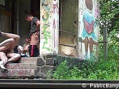 Блондинка ебется с двумя молодыми в трущобах