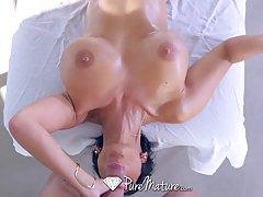 Массажист трахает сексуальную брюнетку с аппетитной грудью