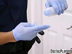 Таможенник проверил задницу молоденькой брюнетки