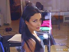 Красивая Пэтти Митчова трахается в своем кабинете и стонет о...