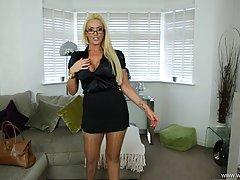 Сладострастная блондинка с большими сиськами сняла атласную ...