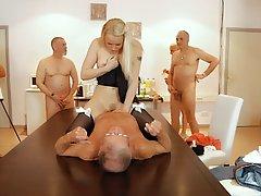 Молодая блондинка удовлетворяет пенсионеров
