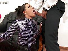 Парень трахнул в горло свою секретаршу