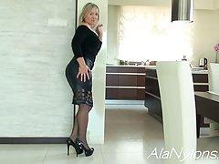 Зрелая женщина показывает пизду раздвинув ноги