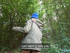 Взрослую женщину парень уговорил на секс в парке