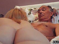 Зрелый дедушка трахнул молодую шлюху в пизду