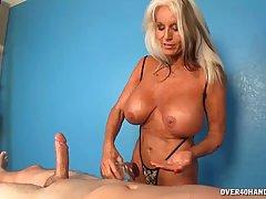 Грудастая женщина дрочит член клиенту после массажа...