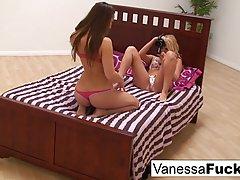 Клетка Ванесса и Дани Дэниелс занимаются лесбийским сексом...