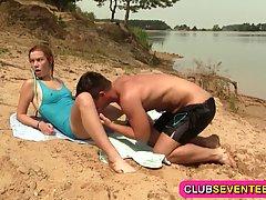 Парень на пляже трахнул молодую шлюшку...